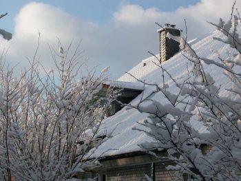 Schnee auf dem Hausdach